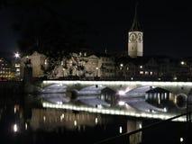 Zurich vid natt på Limmat Royaltyfria Foton