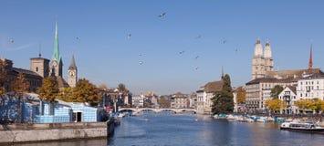 Zurich, visión a lo largo del río de Limmat Foto de archivo