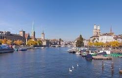 Zurich, vue le long de la rivière de Limmat Image stock