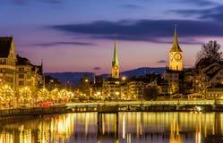 Zurigo sulle banche del fiume di Limmat su una sera di inverno Fotografia Stock Libera da Diritti
