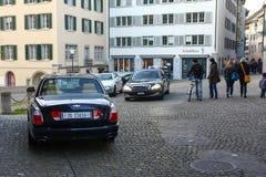 Zurigo, Svizzera 10 23 2011 - Automobile di Bentley e lusso di lusso costosi Mercedes Taxi nel centro urbano di Zurigo Fotografie Stock