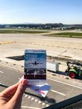 Zurigo, Svizzera - marzo 2017; mano che tiene il biglietto alla piattaforma di osservazione al più grande aeroporto internazional immagini stock libere da diritti