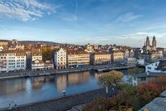 ZURIGO, SVIZZERA - 28 OTTOBRE 2015: Vista panoramica e riflessione della città di Zurigo nel fiume di Limmat, Immagini Stock Libere da Diritti
