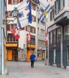 Zurigo, una persona con un alphorn nella vecchia città Fotografia Stock