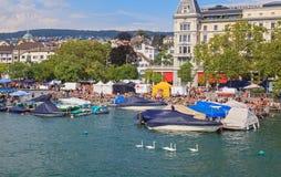 Zurique, o cais de Limmatquai durante a rua Para Imagens de Stock Royalty Free