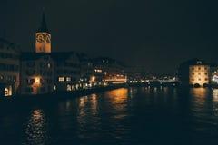 Zurique, Suíça - 28 de janeiro 2017: cidade velha da noite com o beira-rio festivo das iluminações Fotos de Stock