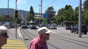 ZURIQUE, SUÍÇA - 4 DE JULHO DE 2017: Cidadãos e turistas que andam nas ruas de Zurique, Suíça Zurique é a vídeos de arquivo