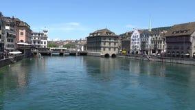 ZURIQUE, SUÍÇA - 4 DE JULHO DE 2017: Vista do centro da cidade de Zurique, do rio de Limmat e do lago históricos zurich, Suíça vídeos de arquivo