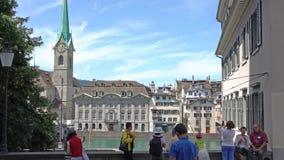 ZURIQUE, SUÍÇA - 4 DE JULHO DE 2017: Vista do centro da cidade de Zurique, do rio de Limmat e do lago históricos zurich, Suíça video estoque