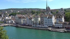 ZURIQUE, SUÍÇA - 4 DE JULHO DE 2017: Vista do centro da cidade de Zurique, do rio de Limmat e do lago históricos zurich, Suíça filme