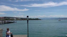 ZURIQUE, SUÍÇA - 4 DE JULHO DE 2017: Vista do lago zurich, Suíça Turistas que fotografam perto do lago Zurique é um g principal filme