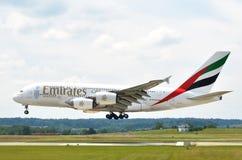ZURIQUE, SUÍÇA - 25 DE MAIO DE 2014: Aterrissagem dos emirados de Airbus A380 Imagens de Stock