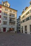 ZURIQUE, SUÍÇA - 28 DE OUTUBRO DE 2015: Rua típica com as casas velhas em Zurique foto de stock royalty free