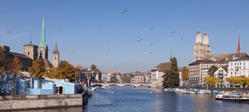 Zurique, vista ao longo do rio de Limmat Foto de Stock