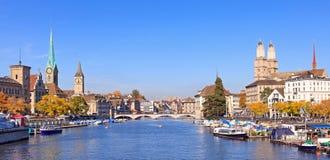 Zurique, vista ao longo do rio de Limmat Fotos de Stock
