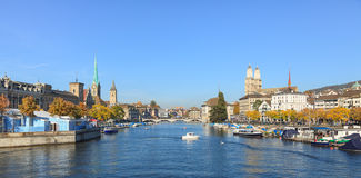 Zurique, vista ao longo do rio de Limmat Fotografia de Stock Royalty Free