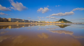 Zurriola Strand in der Stadt von Donostia, Gipuzkoa Stockfoto