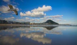 Zurriola Strand in der Stadt von Donostia, Gipuzkoa Lizenzfreie Stockfotografie