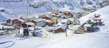 Zurs小村庄和莱希河- Zurs滑雪胜地在奥地利 图库摄影