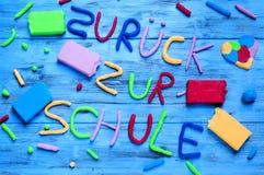 Zuruck-zur schule, zurück zu der Schule geschrieben auf Deutsch Stockbild