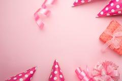 Zusätze für Mädchen auf einem rosa Hintergrund Einladung, Geburtstag, Mädchenjahrepartei, Babypartykonzept, Feier Fahne für ließ stockbilder