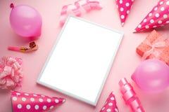 Zusätze für Mädchen auf einem rosa Hintergrund Einladung, Geburtstag, Mädchenjahrepartei, Babypartykonzept, Feier Mit Rahmen für stockbild