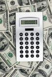 Zusätzliches vektorformat Taschenrechner mit Million auf der Anzeige, die auf dem Hintergrund des Geldes liegt Stockbild