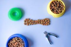 Zus?tze und Nahrung in Form von Knochen f?r Haustiere stockbild