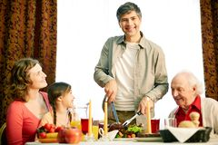 Zusammen am festlichen Tisch Stockfoto