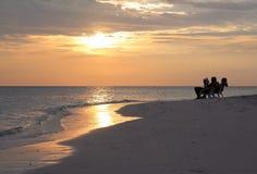 Zusammen im Sonnenuntergang lizenzfreie stockfotografie