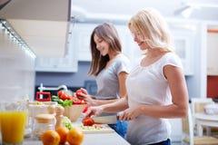 Zusammen kochen stockbild