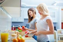 Zusammen kochen stockfotos