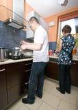 Zusammen kochen Stockfotografie