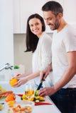 Zusammen kochen ist Spaß Stockfotografie