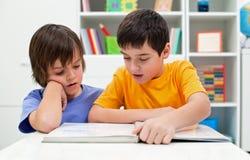 Zusammen lesen Stockfoto