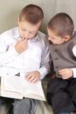 Zusammen lesen Lizenzfreie Stockfotos