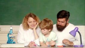 Zusammen Muttervater und -sohn schulen Schulkinder Erstes Mal zur Schule Lustiges kleines Kind mit der Familie, die Spaß hat stock footage