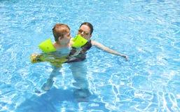 Zusammen schwimmen lizenzfreie stockfotos