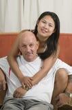 Zusammen sitzende und lächelnde Paare lizenzfreie stockbilder