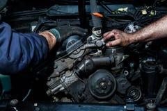 Zusammenarbeit auf der Reparatur von Motoren Stockfotos