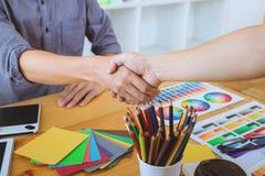 Zusammenarbeit des jungen kreativen Grafikdesigners, der an worksp arbeitet lizenzfreie stockfotos