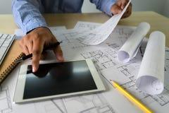 Zusammenarbeitsunternehmenscomputerlaptop und digitale Architekturprojekt Proarchitekten, die Arbeit Arbeits sind lizenzfreie stockfotos