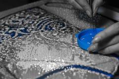 Zusammenbau von kleinen Mosaikbildhänden Lizenzfreie Stockfotos