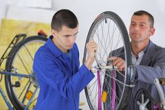 Zusammenbauen des Fahrrad ` s Reifens stockfoto