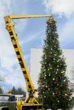 Zusammenbauen eines Weihnachtsbaums Lizenzfreie Stockfotografie