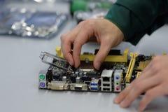 Zusammenbauende Computer in Vekus Ltd. Lizenzfreie Stockfotos