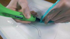 Zusammenbauende Gläser des Mannes gemacht mit Stift 3D Innovative Fertigungstechnik stock video