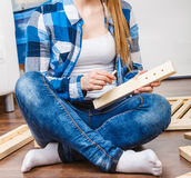 Zusammenbauende hölzerne Möbel der Frau DIY Lizenzfreie Stockbilder