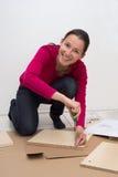 Zusammenbauende Möbel der Frau Lizenzfreie Stockfotografie