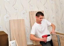 Zusammenbauende Möbel des Familienvaters. Lizenzfreies Stockfoto